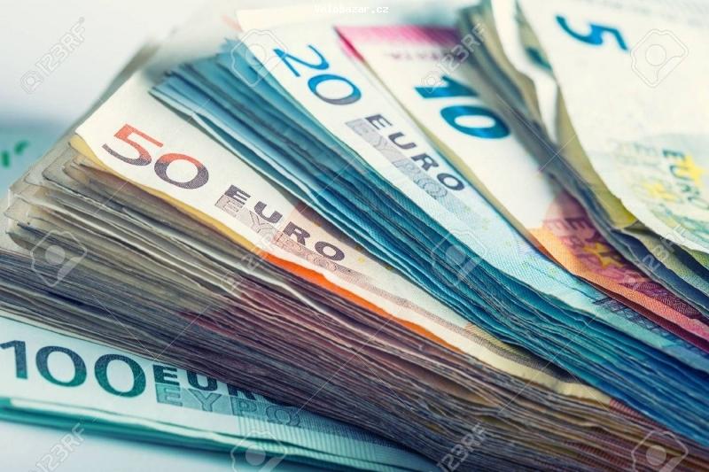 Cyklo-Velobazar obrázek 37312866-plusieurs-centaines-de-billets-en-euros-empiles-par-valeur-euro-money-concept.jpg